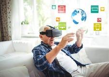 佩带VR有接口的老人虚拟现实耳机 图库摄影
