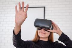 佩带VR照相机一会儿的亚裔妇女喜欢打比赛 库存照片