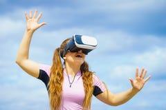 佩带VR的妇女外面 免版税图库摄影