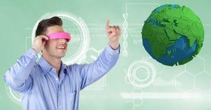 佩带VR耳机的商人,当打手势由低多地球时 库存照片