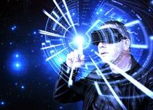 佩带VR虚拟现实耳机和使用图表HUD的人 库存照片