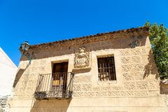 佩德拉萨,卡斯蒂利亚Y利昂,西班牙:纹章学冠在Calle卡尔萨达 免版税库存照片