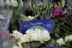 佩斯在法国大使馆攻击了_PEOPLE和花 免版税库存照片