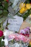 佩斯在法国大使馆攻击了_PEOPLE和花 库存照片