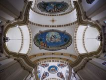 佩斯基耶拉德尔加尔达, 10月01日:在圣马蒂诺教会天花板的广角看法2017年10月01日的在Peschiera台尔 库存照片