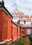 佩特洛夫宫殿的侧视图通过堡垒墙壁,莫斯科,俄罗斯 免版税库存图片