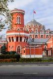 佩特洛夫宫殿的侧视图通过有塔的堡垒墙壁,莫斯科,俄罗斯 库存照片