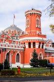 佩特洛夫宫殿的侧视图通过有塔的堡垒墙壁,莫斯科,俄罗斯 图库摄影