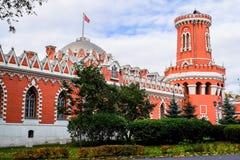 佩特洛夫宫殿的侧视图通过有塔的堡垒墙壁,莫斯科,俄罗斯 免版税图库摄影