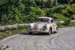 佩萨罗COLLE圣BARTOLO,意大利- 2018年5月17日- :一辆老赛车的保时捷356 A 1500 GS CARRERA 1956年在集会Mille Miglia 2 免版税库存图片