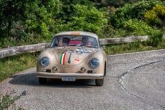 佩萨罗COLLE圣BARTOLO,意大利- 2018年5月17日- :一辆老赛车的保时捷356 A 1500 GS CARRERA 1956年在集会Mille Miglia 2 库存照片