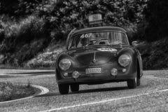 佩萨罗COLLE圣BARTOLO,意大利- 2018年5月17日- :一辆老赛车的保时捷356 A 1500 GS CARRERA 1956年在集会Mille Miglia 2 库存图片