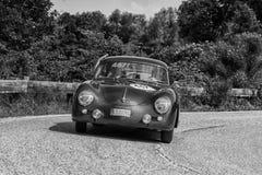 佩萨罗COLLE圣BARTOLO,意大利- 2018年5月17日- :一辆老赛车的保时捷356 A 1500 GS CARRERA 1956年在集会Mille Miglia 2 免版税图库摄影