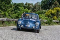佩萨罗COLLE圣BARTOLO,意大利- 2018年5月17日- :一辆老赛车的保时捷356 A 1500 GS CARRERA 1956年在集会Mille Miglia 2 免版税库存照片