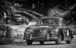 `佩萨罗COLLE圣BARTOLO,意大利- 2018年5月17日- :保时捷356 1500 1955在集会Mille Miglia 2018的老赛车著名它 免版税库存照片