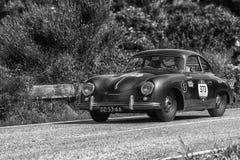 `佩萨罗COLLE圣BARTOLO,意大利- 2018年5月17日- :保时捷356 1500 1955在集会Mille Miglia 2018的老赛车著名它 库存图片