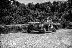 `佩萨罗COLLE圣BARTOLO,意大利- 2018年5月17日- :保时捷356 1500 1955在集会Mille Miglia 2018的老赛车著名它 免版税库存图片