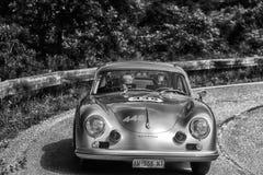 佩萨罗COLLE圣BARTOLO,意大利- 2018年5月17日- :保时捷356 1500 1954在集会Mille Miglia 2018的老赛车著名ital 免版税库存图片