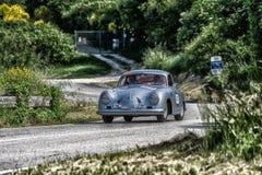 佩萨罗COLLE圣BARTOLO,意大利- 2018年5月17日- :保时捷356 1500 1954在集会Mille Miglia 2018的老赛车著名ital 免版税图库摄影