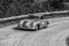 佩萨罗COLLE圣BARTOLO,意大利- 2018年5月17日- :保时捷356 1500 1953在集会Mille Miglia 2018的老赛车著名ital 免版税库存图片