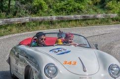佩萨罗COLLE圣BARTOLO,意大利- 2018年5月17日- :保时捷356 1500在集会Mille Miglia 2018的SPEEDSTER 1954老赛车f 图库摄影