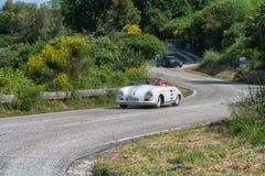 佩萨罗COLLE圣BARTOLO,意大利- 2018年5月17日- :保时捷356 1500在集会Mille Miglia 2018的SPEEDSTER 1954老赛车f 库存照片