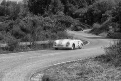 佩萨罗COLLE圣BARTOLO,意大利- 2018年5月17日- :保时捷356 1500在集会Mille Miglia 2018的SPEEDSTER 1954老赛车f 免版税库存照片