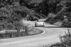 佩萨罗COLLE圣BARTOLO,意大利- 2018年5月17日- :保时捷356 1500在集会Mille Miglia 2018的SPEEDSTER 1954老赛车f 库存图片