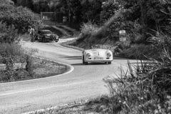 佩萨罗COLLE圣BARTOLO,意大利- 2018年5月17日- :保时捷356 1500在集会Mille Miglia 2018的SPEEDSTER 1954老赛车f 免版税图库摄影