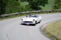 佩萨罗COLLE圣BARTOLO,意大利- 2018年5月17日- :在一辆老赛车的FORD THUNDERBIRD 1956年在集会Mille Miglia 2018 famou 图库摄影