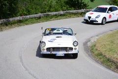 佩萨罗COLLE圣BARTOLO,意大利- 2018年5月17日- :在一辆老赛车的FORD THUNDERBIRD 1956年在集会Mille Miglia 2018 famou 库存照片