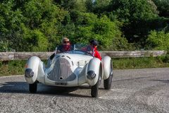 佩萨罗COLLE圣BARTOLO,意大利- 2018年5月17日- :在集会Mille的Miglia 2018的阿尔法・罗密欧6C 1750 GS APRILE 1931老赛车 库存照片