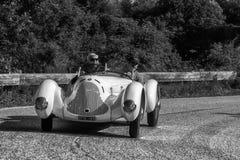 佩萨罗COLLE圣BARTOLO,意大利- 2018年5月17日- :在集会Mille的Miglia 2018的阿尔法・罗密欧6C 1750 GS APRILE 1931老赛车 库存图片