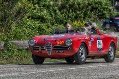 佩萨罗COLLE圣BARTOLO,意大利- 2018年5月17日- :在集会Mille的Miglia 2018的阿尔法・罗密欧GIULIETTA SEBRING 1956老赛车 库存照片