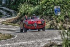 佩萨罗COLLE圣BARTOLO,意大利- 2018年5月17日- :在集会Mille的Miglia 2018的阿尔法・罗密欧GIULIETTA SEBRING 1956老赛车 免版税图库摄影