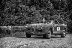 佩萨罗COLLE圣BARTOLO,意大利- 2018年5月17日- :在集会Mille的Miglia 2018的阿尔法・罗密欧GIULIETTA SEBRING 1956老赛车 库存图片