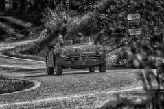 佩萨罗COLLE圣BARTOLO,意大利- 2018年5月17日- :在集会Mille的Miglia 2018的阿尔法・罗密欧GIULIETTA SEBRING 1956老赛车 免版税库存照片