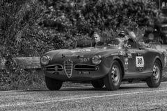 `佩萨罗COLLE圣BARTOLO,意大利- 2018年5月17日- :在集会Mille Miglia的阿尔法・罗密欧GIULIETTA SEBRING 1956老赛车2018年 库存照片