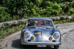 佩萨罗COLLE圣BARTOLO,意大利- 2018年5月17日- :在集会Mille Miglia 2018年Th的保时捷356 A 1500 GS CARRERA 1956老赛车 库存图片