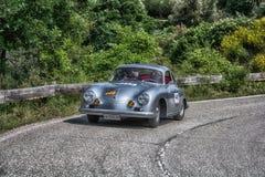 佩萨罗COLLE圣BARTOLO,意大利- 2018年5月17日- :在集会Mille Miglia 2018年Th的保时捷356 A 1500 GS CARRERA 1956老赛车 免版税库存照片