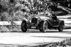 佩萨罗COLLE圣BARTOLO,意大利- 2018年5月17日- :在集会Mille Miglia 2018年Th的阿尔法・罗密欧6C 1750 GS BRIANZA 1932老赛车 图库摄影