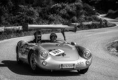 佩萨罗COLLE圣BARTOLO,意大利- 2018年5月17日- :在集会Mille Miglia 2018的保时捷550 SPYDER 1500 RS 1955老赛车f 图库摄影