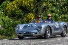 佩萨罗COLLE圣BARTOLO,意大利- 2018年5月17日- :在集会Mille Miglia 2018的保时捷550 SPYDER 1500 RS 1955老赛车f 免版税库存照片