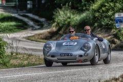 佩萨罗COLLE圣BARTOLO,意大利- 2018年5月17日- :在集会Mille Miglia 2018的保时捷550 SPYDER 1500 RS 1955老赛车fa 库存图片