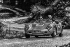 佩萨罗COLLE圣BARTOLO,意大利- 2018年5月17日- :在集会Mille Miglia 2018的保时捷550 SPYDER 1500 RS 1955老赛车fa 库存照片