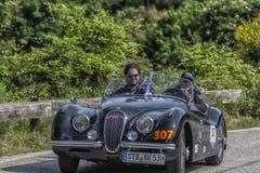 佩萨罗COLLE圣BARTOLO,意大利- 2018年5月17日- :在集会Mille Miglia 2018的捷豹汽车XK 120 OTS 1953老赛车著名ita 库存照片