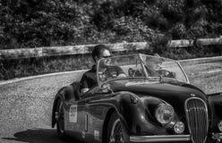 佩萨罗COLLE圣BARTOLO,意大利- 2018年5月17日- :在集会Mille Miglia 2018的捷豹汽车XK 120 OTS 1953老赛车著名ita 免版税库存照片