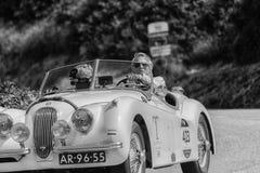 佩萨罗COLLE圣BARTOLO,意大利- 2018年5月17日- :在集会Mille Miglia 2018的捷豹汽车XK 120 OTS 1954老赛车著名ita 免版税库存图片