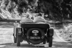 佩萨罗COLLE圣BARTOLO,意大利- 2018年5月17日- :在集会Mille Miglia 2018的本特利3公升1925老赛车著名itali 免版税库存照片