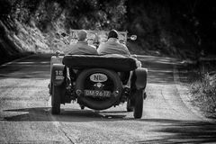 佩萨罗COLLE圣BARTOLO,意大利- 2018年5月17日- :在集会Mille Miglia 2018的本特利3公升1925老赛车著名itali 库存照片